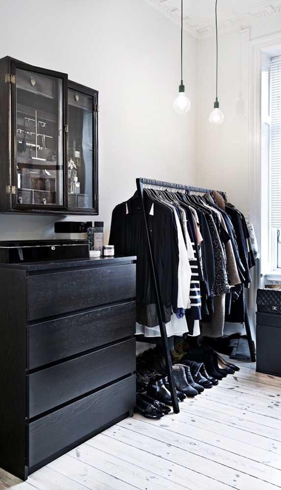 Se a grana estiver curta, use uma cômoda dentro do closet