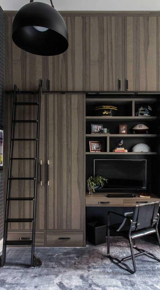 Closet masculino planejado junto com a escrivaninha do quarto