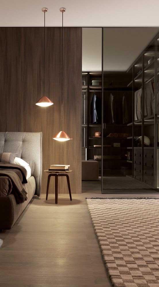 O quarto super aconchegante esconde um closet atrás da porta de vidro fumê