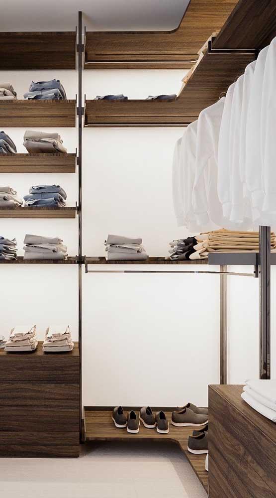 Prefira prateleiras baixas para acomodar as camisetas e outras peças casuais