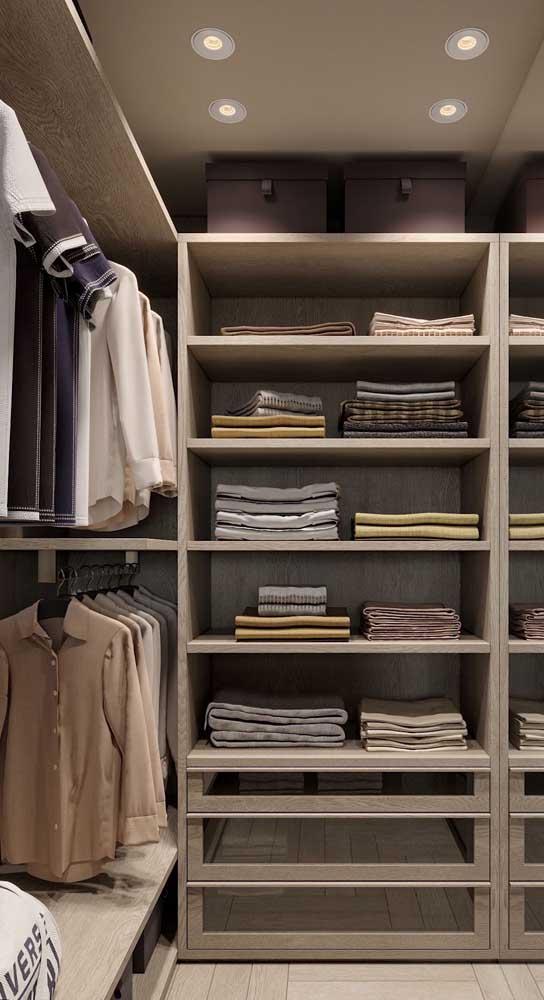 Separe as roupas de trabalho das roupas casuais. Assim fica mais fácil localizar aquela camiseta pro final de semana