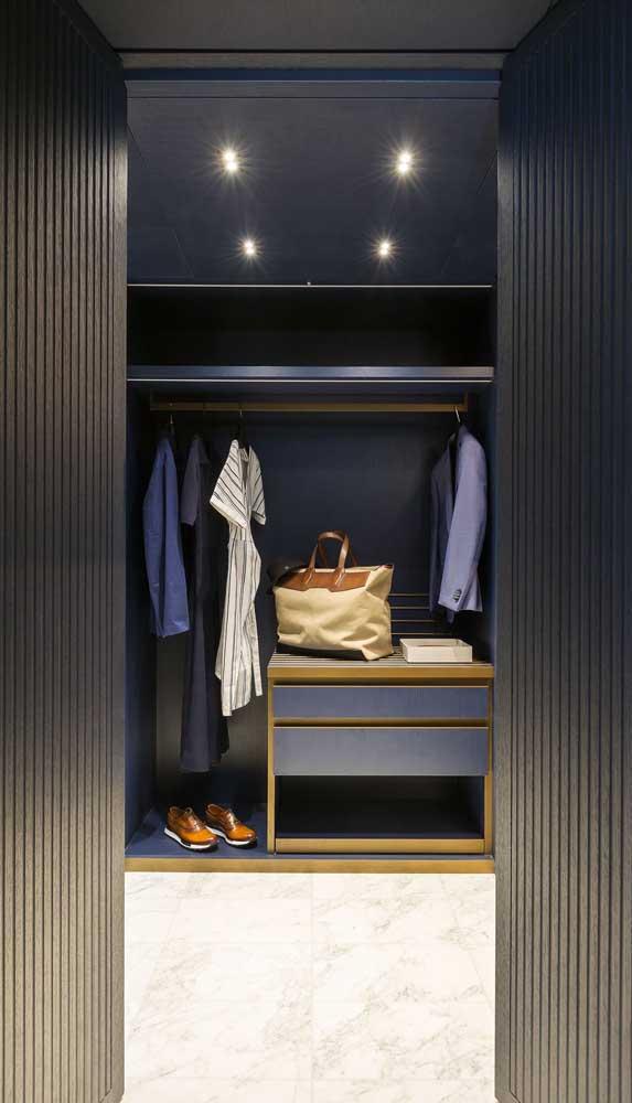 Chiquérrimo esse closet masculino azul marinho com detalhes em dourado