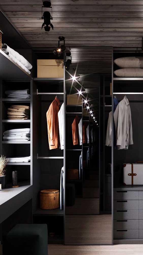 Muito legal o efeito criado pelo spot no espelho, afinal, além de prático, o closet também precisa ser bonito