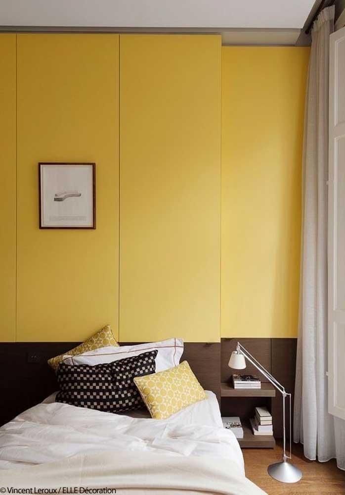 O quarto amarelo claro é perfeito para quem prefere um ambiente mais tranquilo.