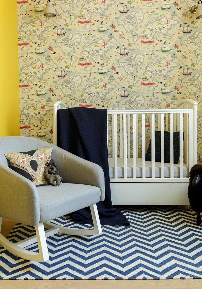 No quarto de bebê amarelo, use e abuse de papel de parede infantil.