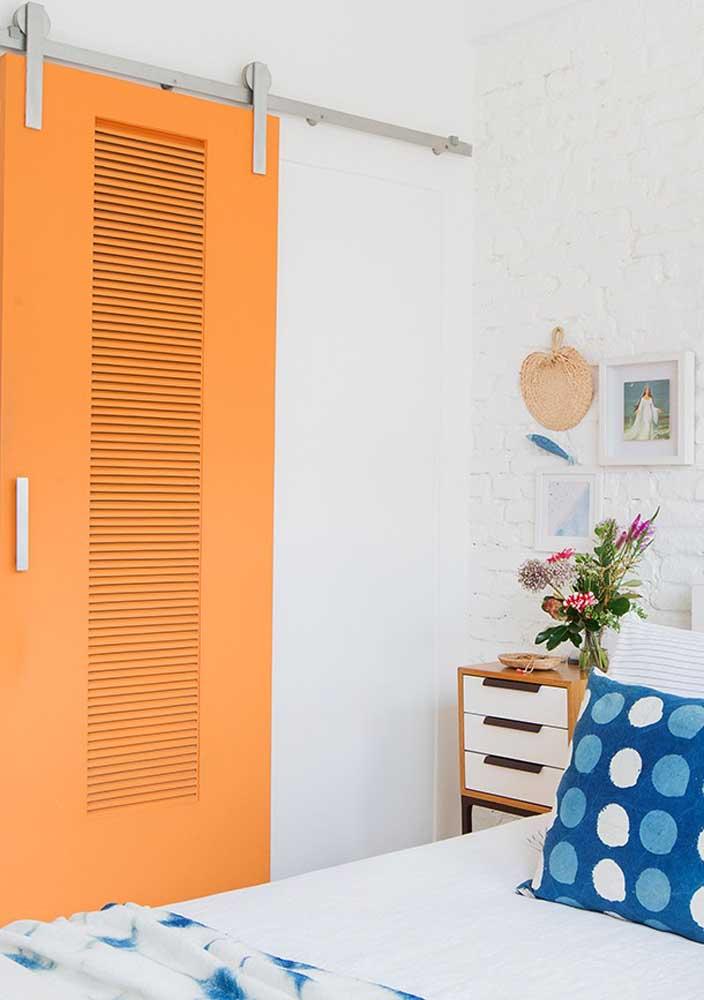 Que tal pintar a porta do quarto no tom quase laranja?