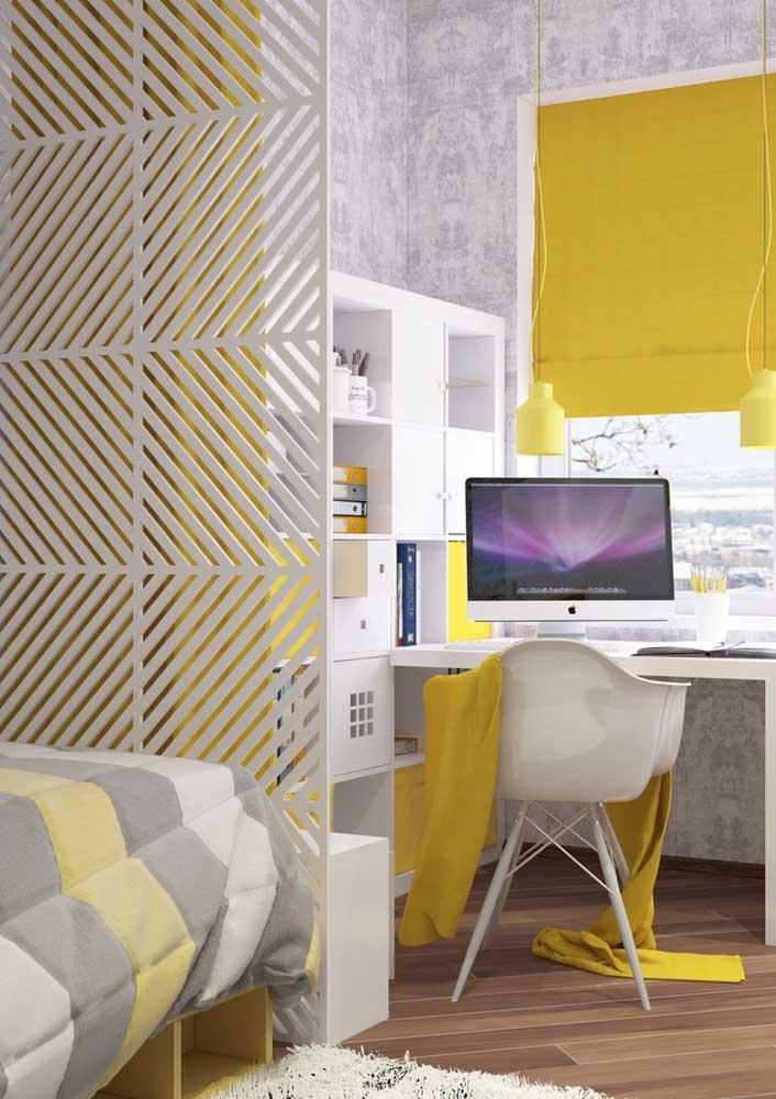 A parede pode ser cinza e a cor amarelo predominante nos móveis.