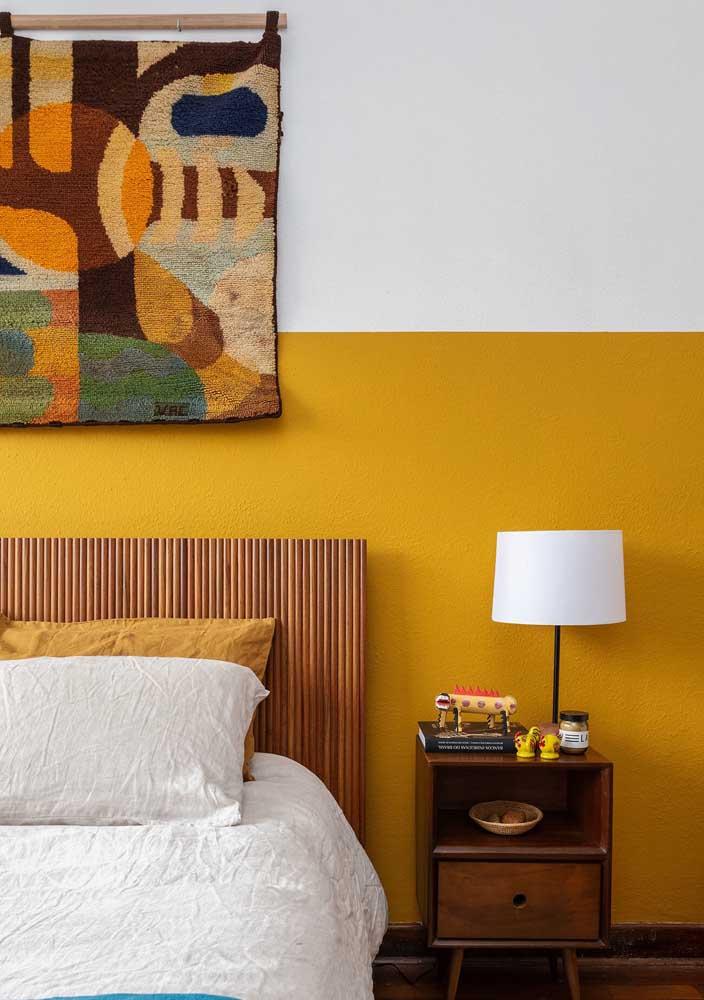 O tom mostarda é uma ótima opção de pintura para a parede do quarto.