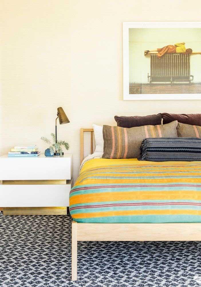 Faça combinações no quarto amarelo e azul.
