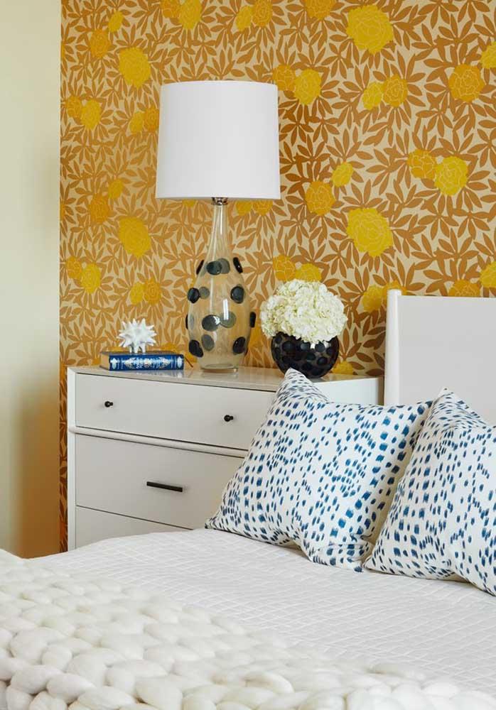 O que acha de escolher um papel de parede florido com tons de amarelo?