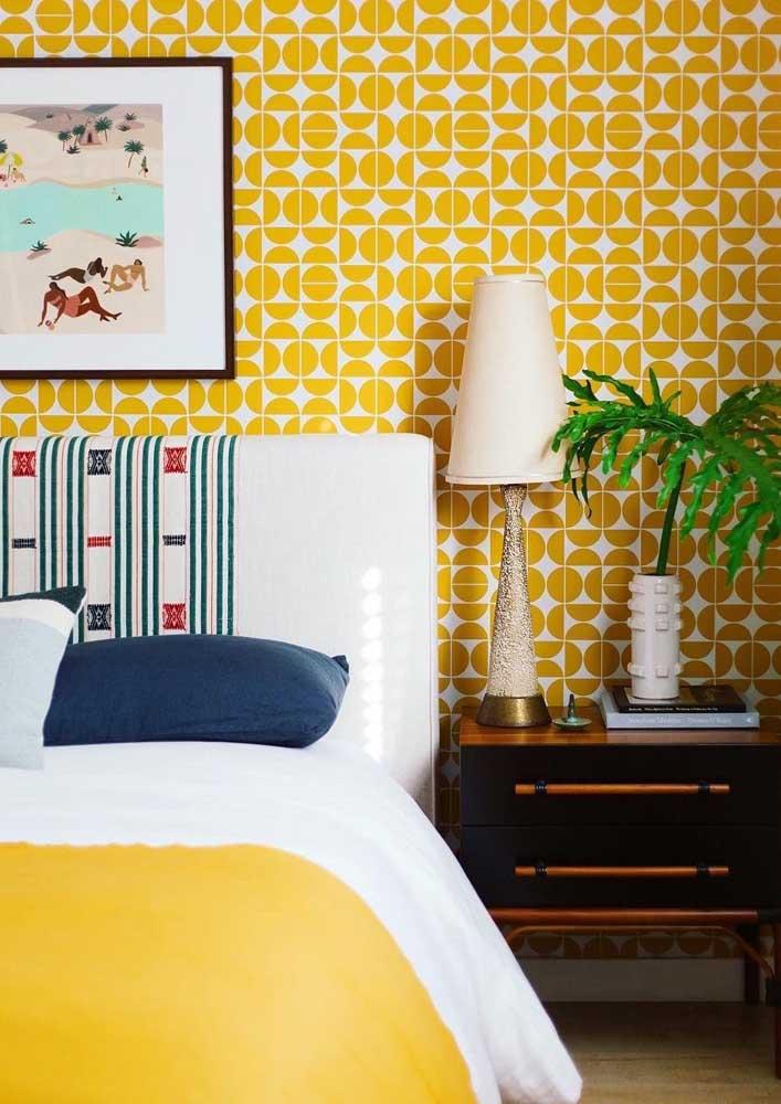 A cor amarelo pode está presente no papel de parede geométrico.