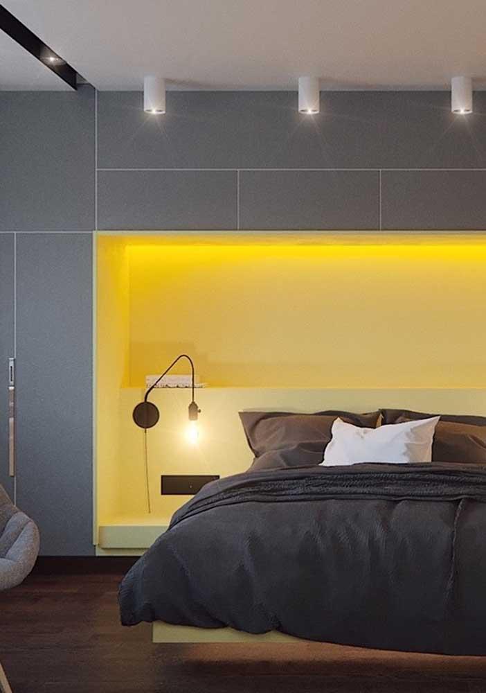 A cor amarelo foi escolhida para ser a iluminação da decoração desse quarto todo cinza.