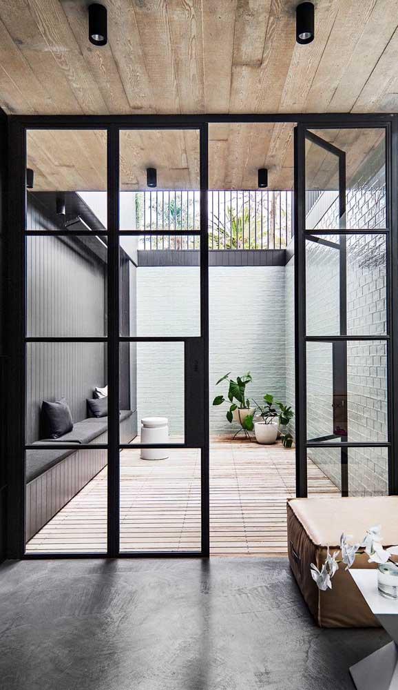 Porta de alumínio de abrir entre a área interna e externa da casa