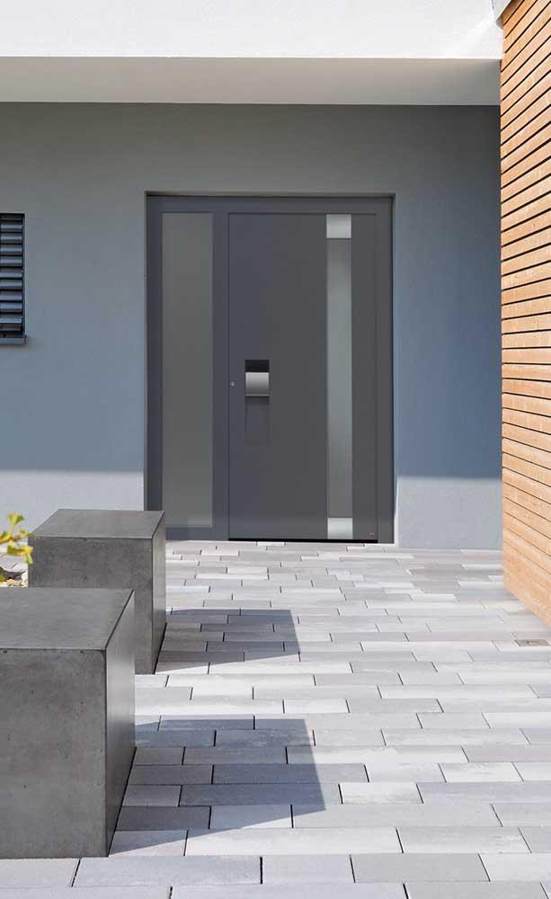 Porta de alumínio preta modelo pivotante para valorizar a fachada dessa outra casa