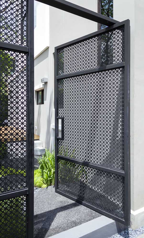 Portão de alumínio com desenhos vazados. Pensou um desses aí na sua casa?