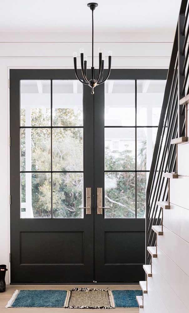 Um luxo essa porta de alumínio dupla na entrada da casa