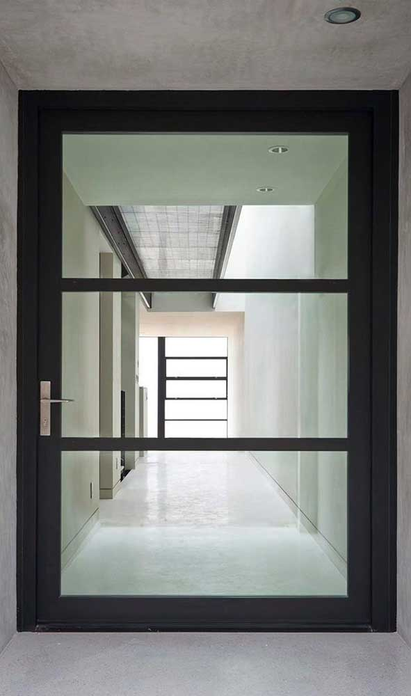 A porta de alumínio com vidro traz amplitude para os ambientes