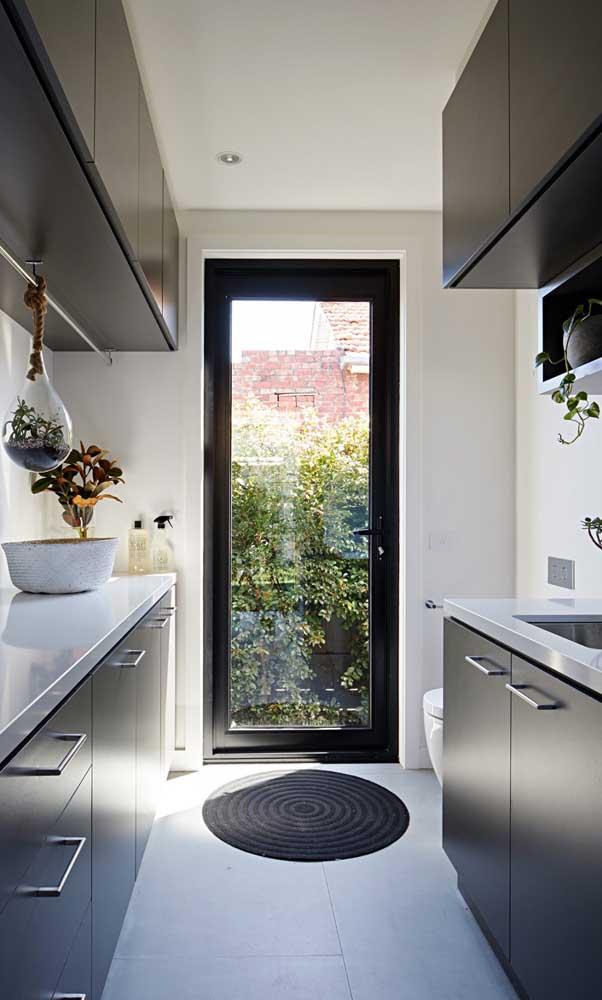 Porta de alumínio na cozinha: o vidro permite a passagem de luz natural