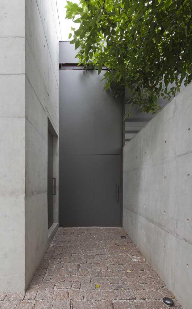 Já para quem preza por privacidade e segurança, uma porta de alumínio toda fechada é a solução