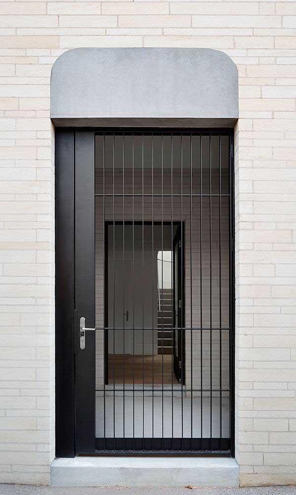 Porta de alumínio com grade: segurança, sem abrir mão da luminosidade