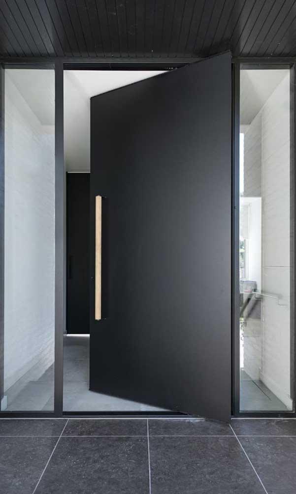 Incrivelmente linda essa porta de alumínio preta pivotante!