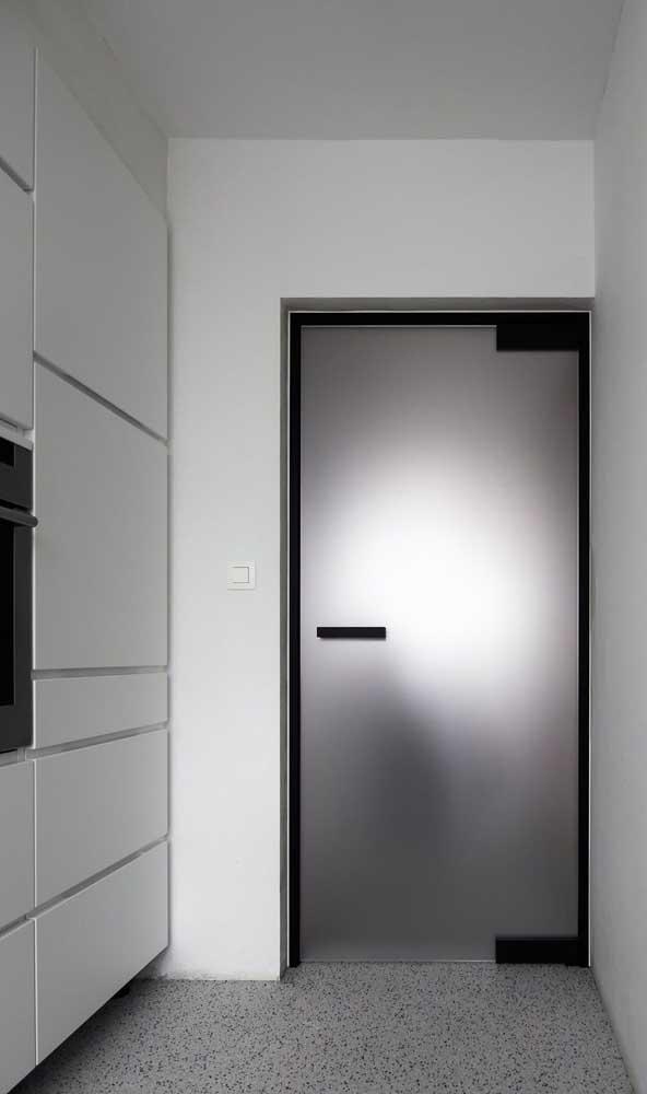 Porta de alumínio prata com puxador e batente pretos: modelo moderno para você se inspirar