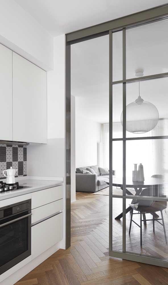 Porta de alumínio de correr entre a sala e a cozinha