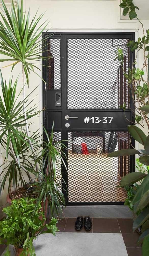 Despojada e moderna, essa porta de alumínio permite visualizar o interior da casa, mas com toda segurança