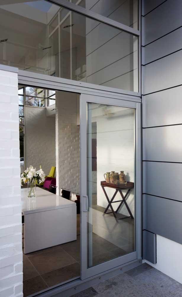 Porta de alumínio de correr branca delimitando a cozinha da área externa