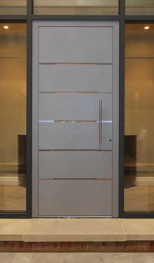 Porta de alumínio com frisos vazados na estrutura. Mais um modelo para você se inspirar