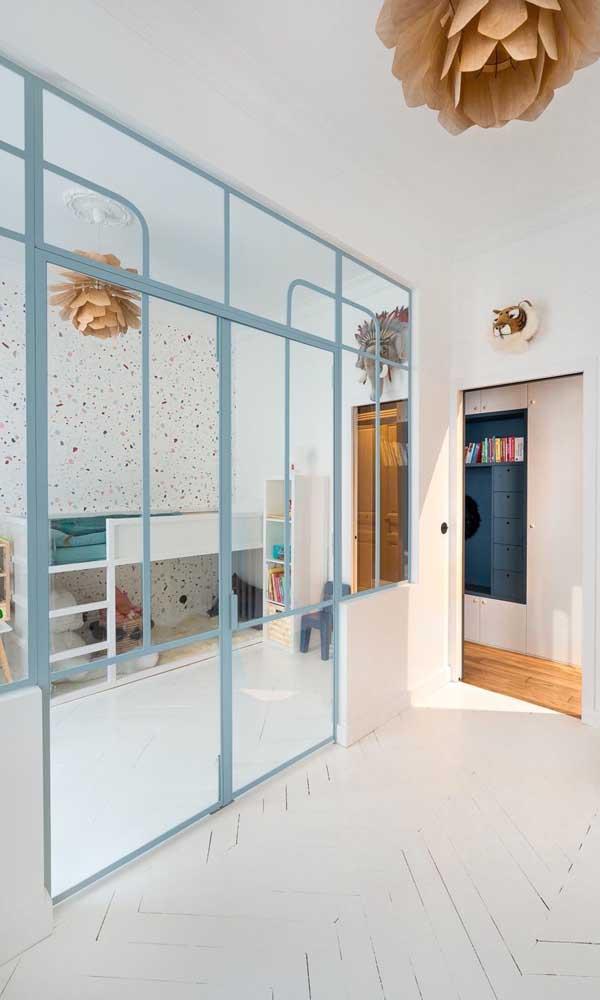 Aqui, a porta de alumínio com vidro dá continuidade a parede