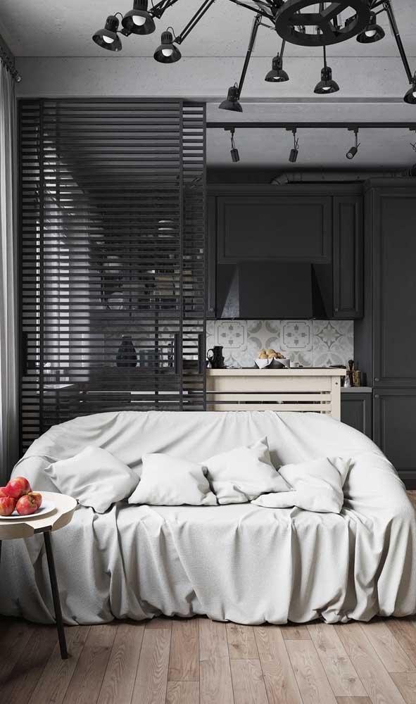 Quer esconder a cozinha? Coloque uma porta de alumínio de correr entre ela e a sala