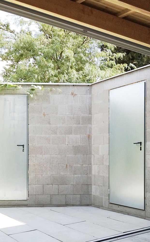 Dupla de portas de alumínio em tom natural para a área externa da casa