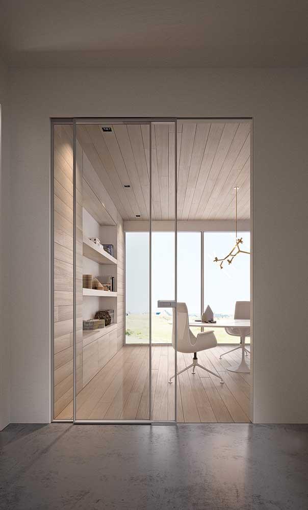 Os frisos brancos garantem uma estética ainda mais clean para a porta de alumínio