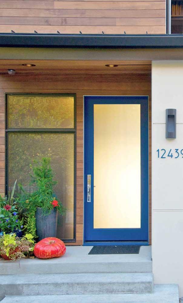 Essa porta de alumínio azul é para se apaixonar!