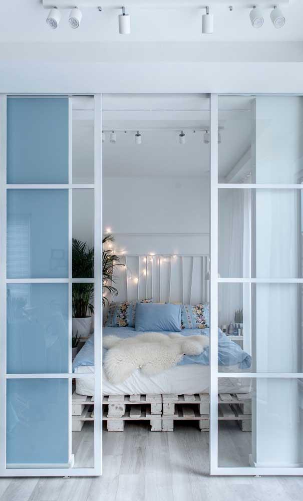 Porta de alumínio branca para o quarto do casal