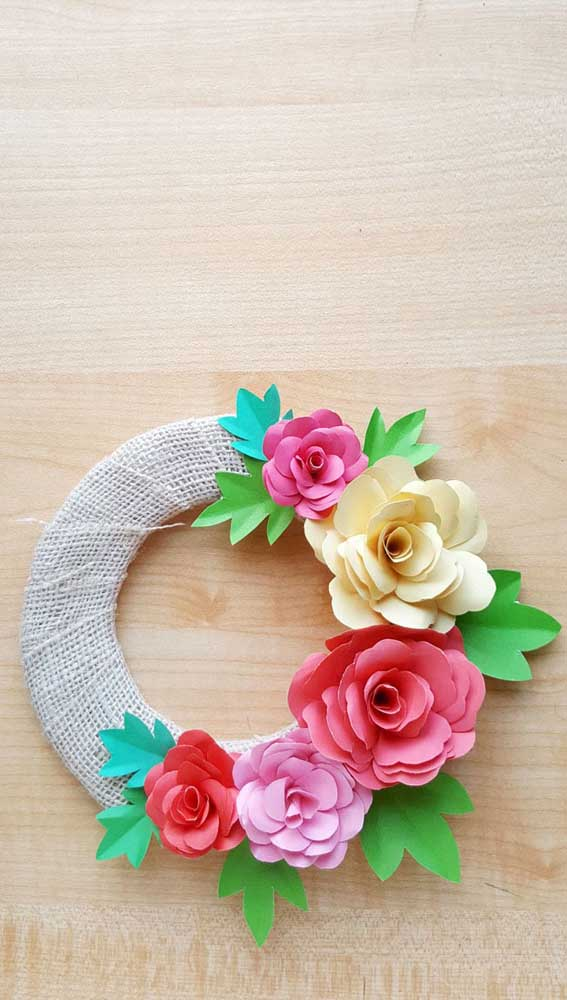 Que tal uma guirlanda de rosas de papel? A juta rústica finaliza a peça
