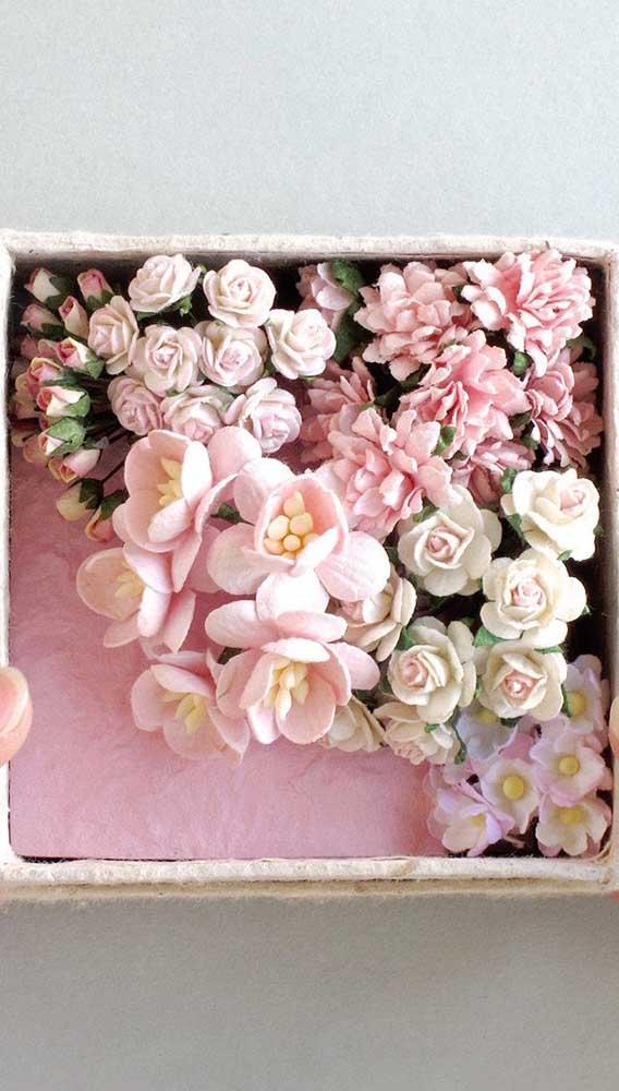 Caixa decorada com rosas e outras flores de papel. Um belo presente