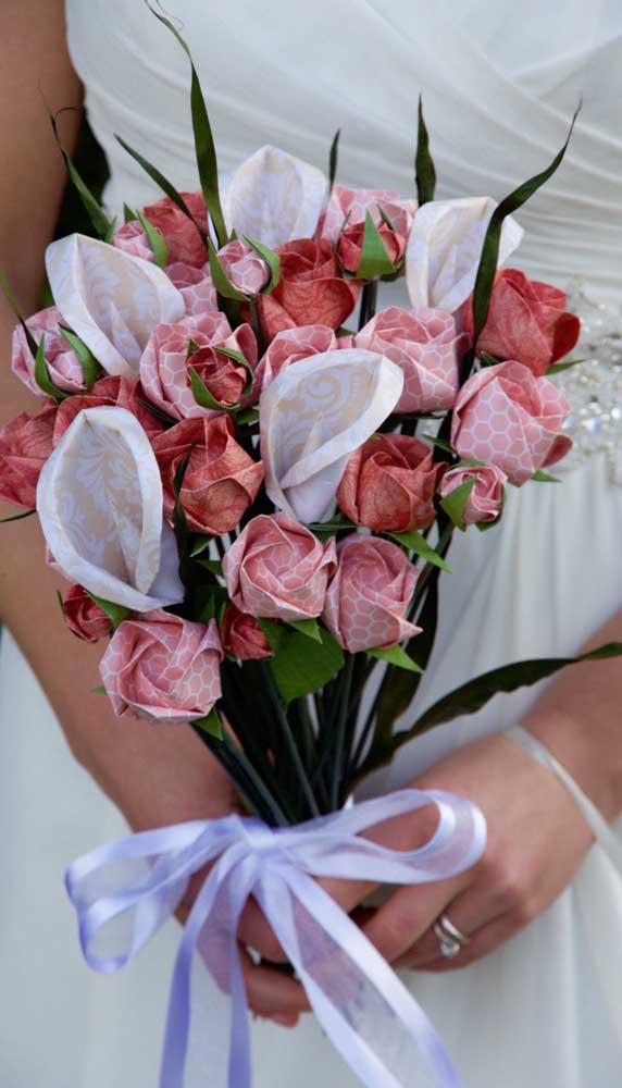 E o que acha de se casar com um buquê de rosas de papel?