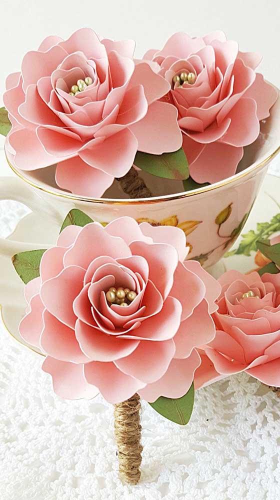 Rosas de papel com miolo de bolinhas douradas