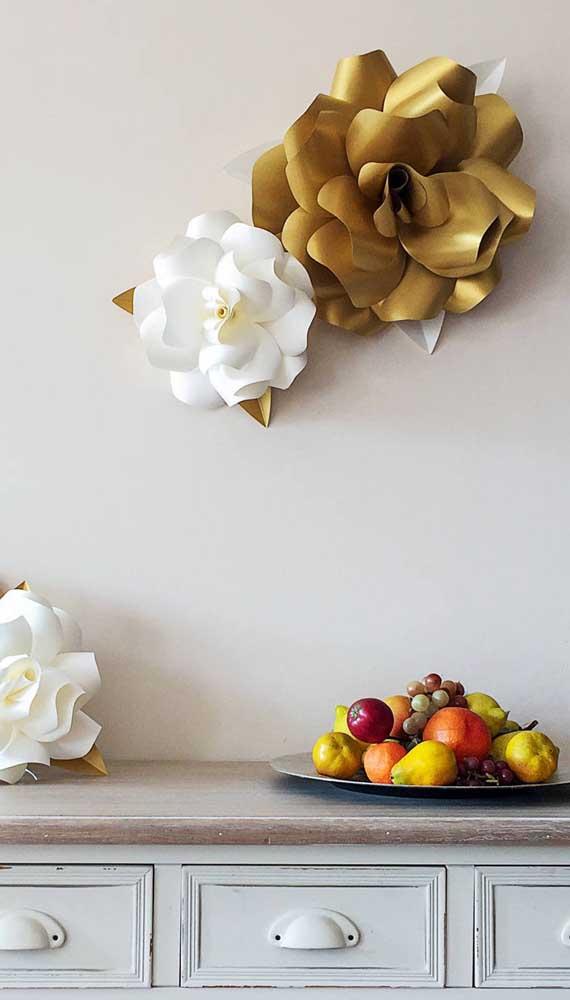 Rosas de papel gigante decoram a parede dessa cozinha