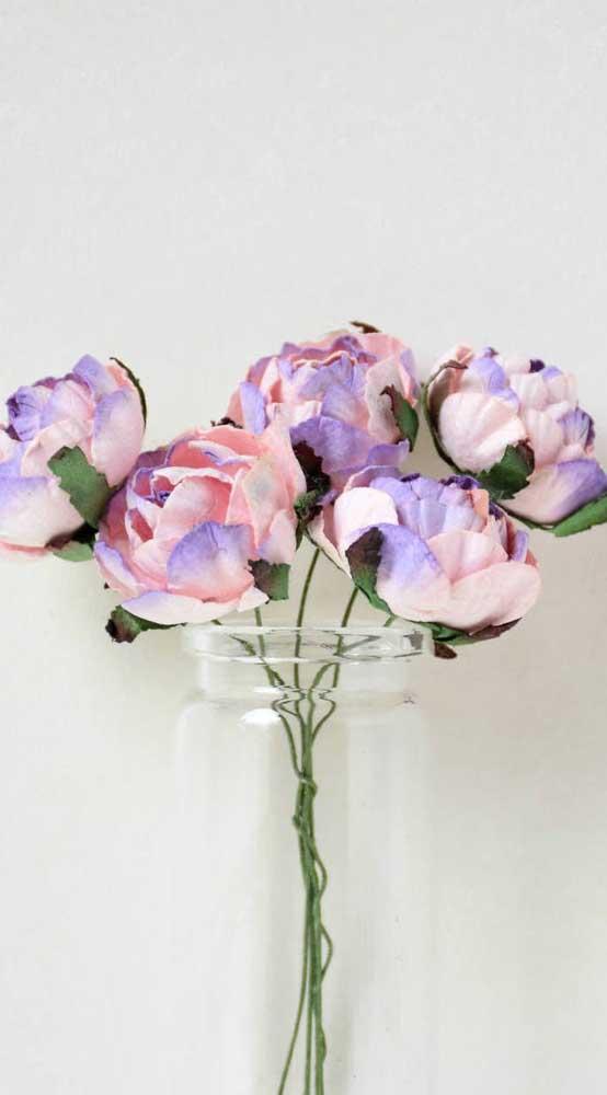 Rosas de papel em tons mesclados compondo um simpático arranjo dentro do pote de vidro