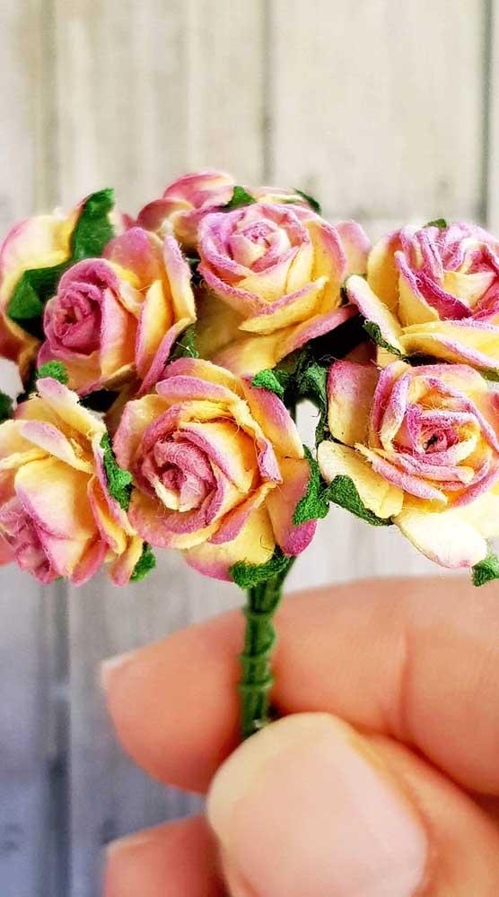 Que charme esse buquê feito com mini rosas de papel e finalizado com folhas de crochê