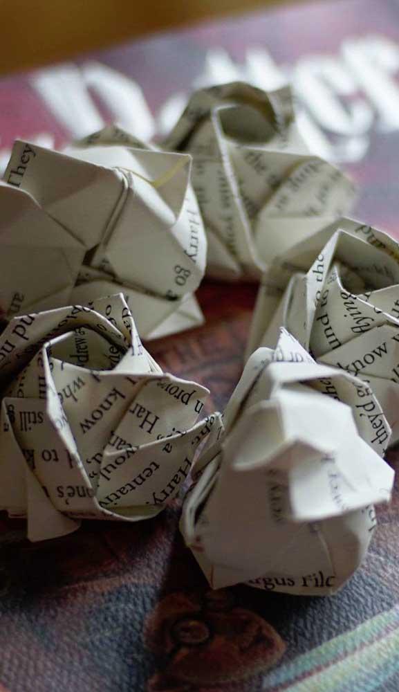 E porque não fazer rosas com papel de jornal?