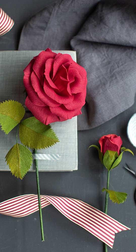 Perfeitas e super realistas essas rosas de papel crepom vermelho