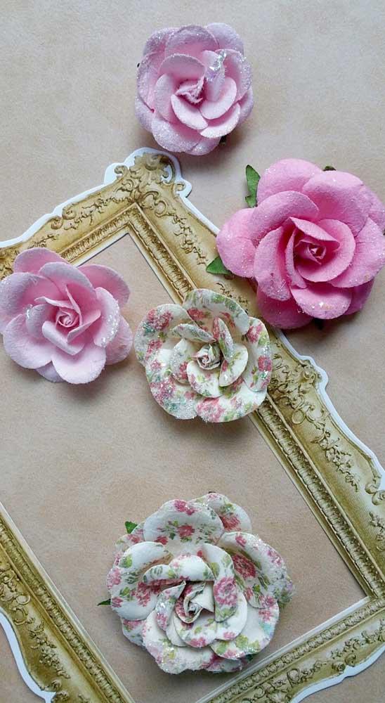 Uma moldura antiga e algumas rosas de papel para fechar a decoração de estilo retrô e romântico