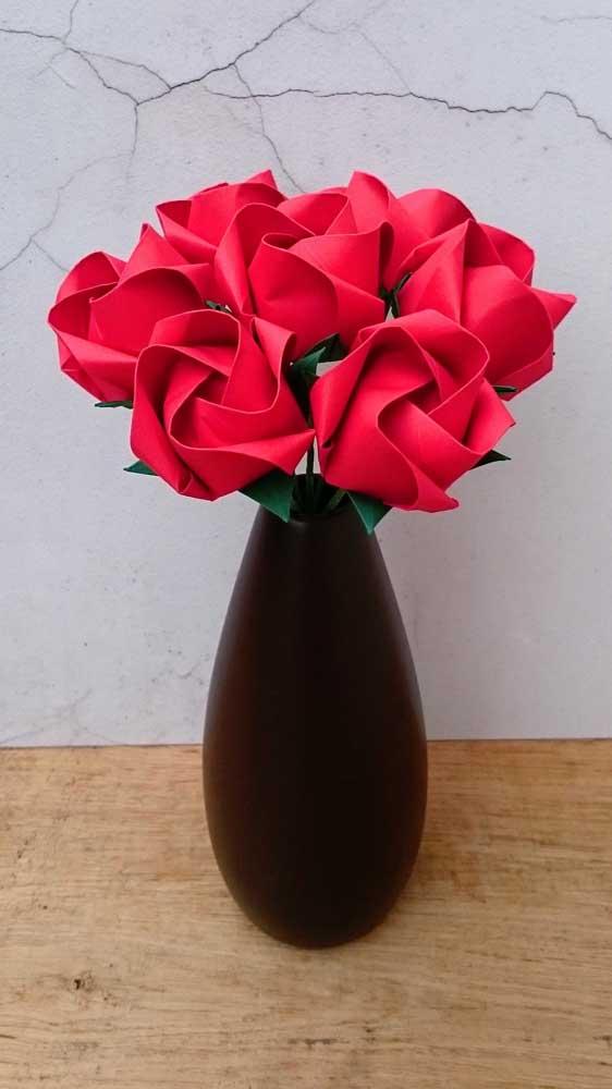 Linda essa inspiração de vaso com rosas vermelhas de papel