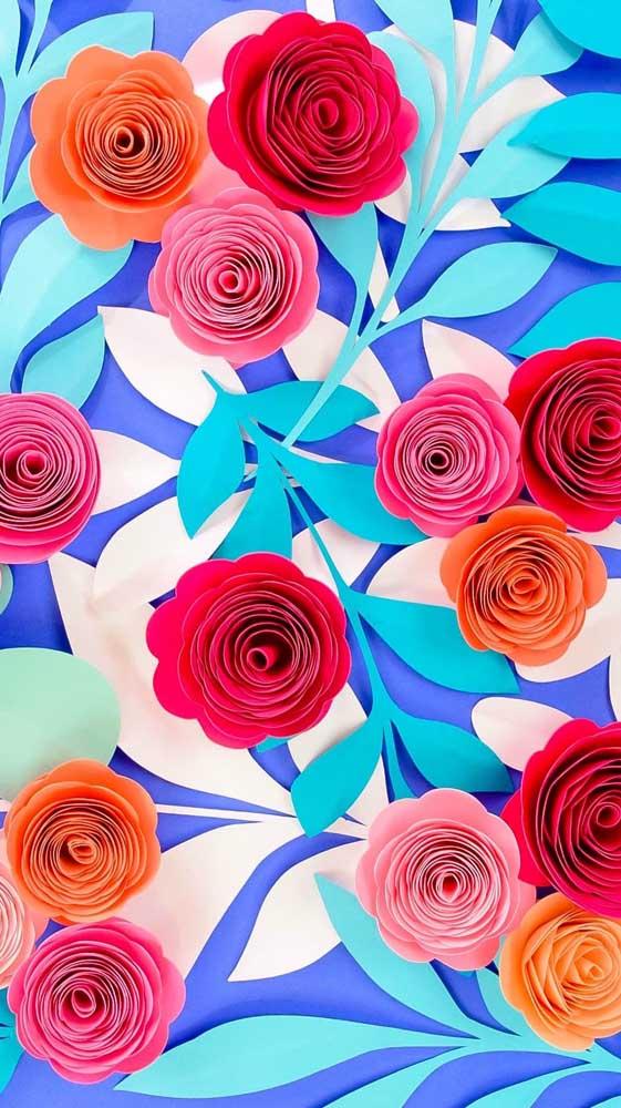 O fundo azul destaca as rosas vermelhas de papel usadas na decoração
