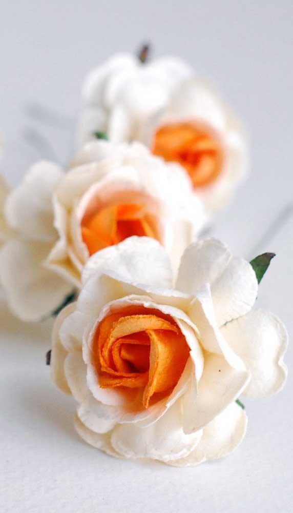Rosa branca de papel com centro amarelo, gostou desse modelo?