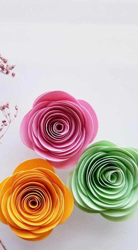Um modelo mais moderno e inusitado de rosas de papel. Explore as cores nas suas combinações